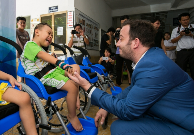 Israel's Embassy in Vietnam donates 100 wheelchairs